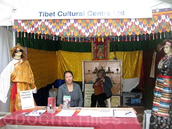 达赖喇嘛驻澳代表处华人事务联络官达珍在今年的澳洲多元文化节西藏文化展位上。(摄影: 夏墨竹 / 大纪元)