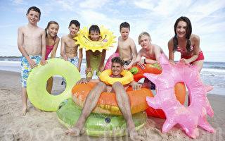 Teenagers on beach(攝影: omgimages / 大紀元)
