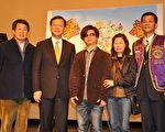 左起桃园文化局长张壮谋、吴志扬县长、钢琴诗人王俊杰等合影。(摄影:陈建霖/大纪元)