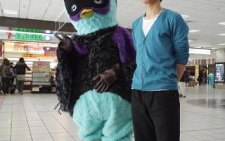 韦礼安宣传新片 携片中巨鸟上街头