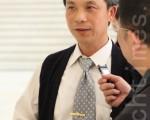 缘缘光有机蔬果公司负责人叶志宏,2012年3月28日下午,在台中中山堂观赏神韵纽约艺术团的首场演出。(摄影:林伯东/大纪元)