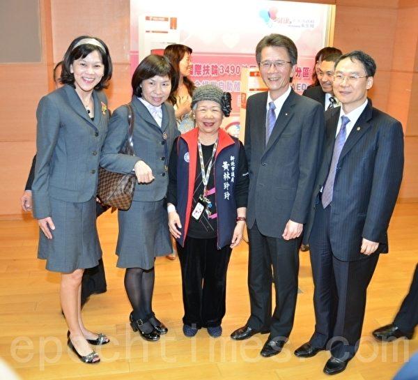 市議員黃林玲玲與總監蕭慶淋〈右2〉。(攝影:宋順澈/大紀元)