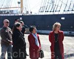 3月30日﹐市議員陳倩雯(右二)組織曼哈頓下城重建委員會一行﹐在博物館館長瓊斯(Susan Henshaw Jones)女士(右一)的帶領下﹐參觀了南街海港博物館。(攝影﹕陳天成/大紀元)