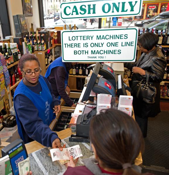 2012年3月30日,「超級百萬」樂透,獎金已經累積到6.4億美元。圖為華盛頓特區一家商店販售彩票。(Paul J. Richards / AFP)