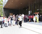 2012年神韻藝術團在台灣的巡迴演出,3月31日下午在台中演出,觀眾排隊入場。(攝影:蘇玉芬/大紀元)