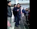 孙文广到餐厅门前向学生演讲,出现很多便衣或拍照威胁。(孙文广提供)