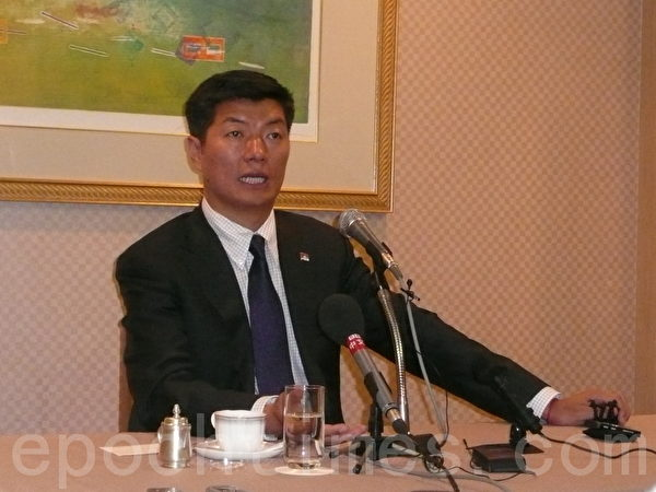 西藏流亡政府领导人洛桑森格3日上午在东京的酒店与在日华文媒体记者等见面时表示,解决西藏问题首先要让达赖喇嘛回家、回国,关键在中共当局。(摄影:张本真/大纪元)