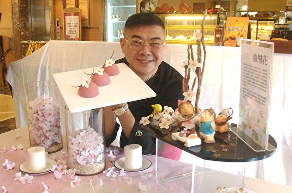柯俊年主持展示桐花纷飞创意蛋糕以及充满桐趣的桐花树下的桐花树夏˙来赏桐创意甜点。(摄影:徐乃义/大纪元)