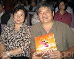 吴国君医师偕同夫人,2012年 4月 8日上午10点,在桃园展演中心观赏神韵纽约艺术团在台湾的最后一场演出。(摄影:岳芸/大纪元)