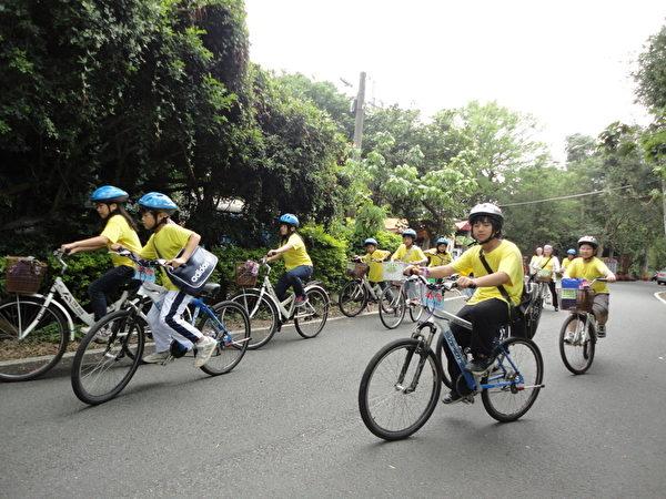 学生透过骑单车的行动,体验生活中合作、互助(摄影:徐乃义/大纪元)