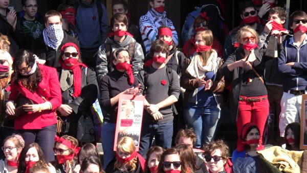 4月18日,抗议的学生在蒙特利尔法院前用手巾蒙住嘴部,抗议政府和学校下令让学生返校上课。(Elvire Barcland提供)