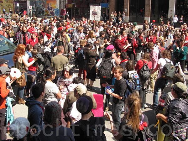 4月19日,加拿大魁北克省数百名学生在蒙特利尔市中心抗议魁省政府调涨大专院校学费的计划。(摄影:Nathalie Dieul/大纪元)