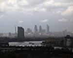2012年4月20日,从英国格林威治公园远眺大雨中的伦敦金融区。(Oli Scarff/Getty Images)
