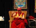 周六大约七千民众在市民中心听了达赖喇嘛在市政厅关于正面思考、乐观主义以及他对更友善未来的愿景。(摄影:任乔生/大纪元)
