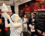 香港支聯會的六四臨時紀念館昨日開放,展出有關六四的實物、相片及報道。(攝影:宋祥龍/大紀元)