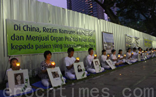 法轮功4.25纪念日   印尼学员与市民互动