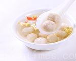 魚丸又稱水丸、魚蛋,是水鄉人家常見的美味小吃。(攝影:陳霆 / 大紀元)
