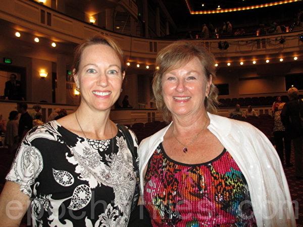 知名小说家Karen Kendall女士(右)对神韵倾慕已久,非常庆幸自己有幸一睹神韵风采。(摄影:杨辰/大纪元)