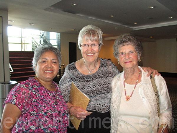 前联邦政府官员Lynne Shah女士(中)在好友强烈推荐下,偕邻里好友观看神韵演出。(摄影:杨辰/大纪元)