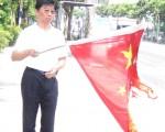 湖北省長訪台 受害台商抗議燒五星旗