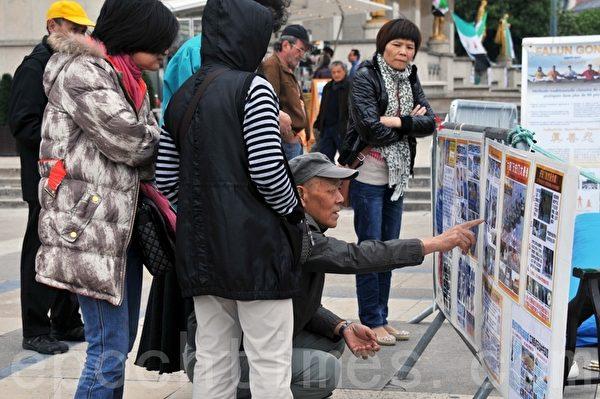 大陸遊客正在閱讀中文真相展板(攝影:本杰明/大紀元)