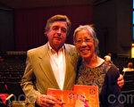 John Bachman先生與Deanna J. Lee女士共同為神韻所折服。(攝影:霄凌/大紀元)
