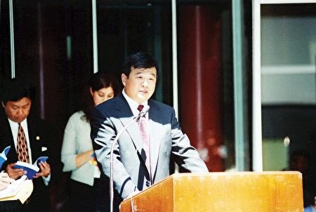 1999年6月25日,李洪志師父在接受伊利諾州州長、州財政部長和芝加哥市長嘉獎的頒獎儀式上講話。(明慧網)