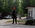 陳光誠位於山東臨沂東師古村的家,村口有許多便衣人員看守。(AFP)