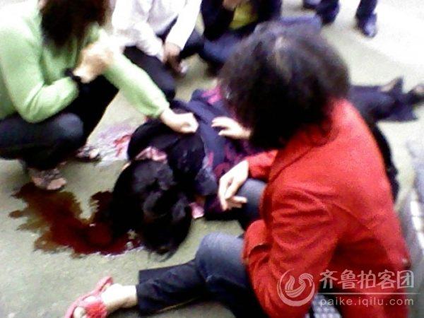 湖南宁乡县灰汤镇的被拆迁户周云芝在镇政府大楼跳楼自杀死亡。(作者提供)