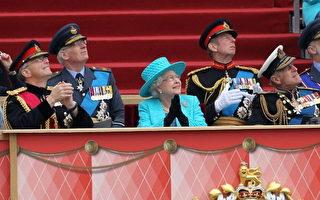 组图:登基60年大庆 英国女王检阅军队