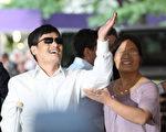 陳光誠在紐約大學記者會現場向歡呼群眾致意。(Andy Jacobsohn/Getty Images)