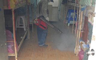 高市府防疫团队第一时间在疑似感染地点,进行地毯式孳生源清除及紧急喷药等防疫作业,为有效防止登革热疫情蔓延。(高雄市卫生局提供)