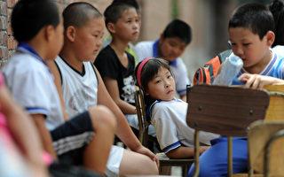 """中国出生人口性别比失衡,预计到2020年,中国将会出现大约3000万""""光棍""""。图为北京失学儿童。(CHINA OUT / AFP)"""