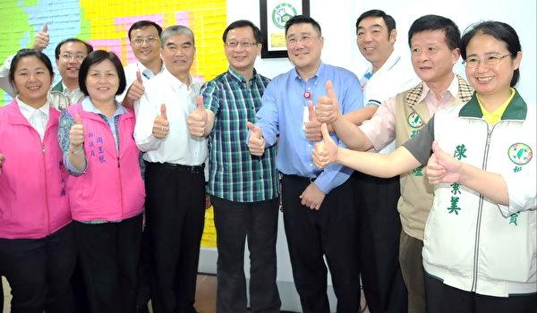楊梅地方各級民意代表和楊梅市長彭聖富(前右3)也到場致賀(攝影:徐乃義/大紀元)