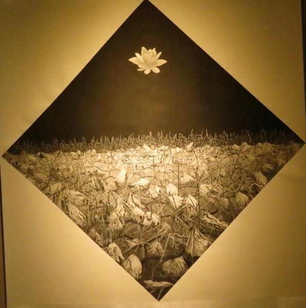 作品《懸浮》將白色荷花的圖像懸置於浩瀚無盡的黑色背景空間中,讓觀者在訝異之外浮現更多的聯想,同時感受那神秘的氣氛。(攝影:李擷瓔/大紀元)