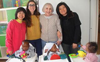 施比受更有福,志工黄华琳(右1)在教会的穿针引线下,今年初前往以色列的沃夫森(Wolfson)医院,陪伴病童制作简单手工艺品。(黄华琳提供)