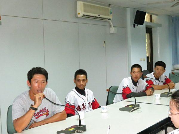 蔡教练带着三位选手在记者会现场述说带球队的心得。(左起)蔡教练、队长王瑞民、刘胜宏及陈建宏同学。(摄影:李撷璎/大纪元)