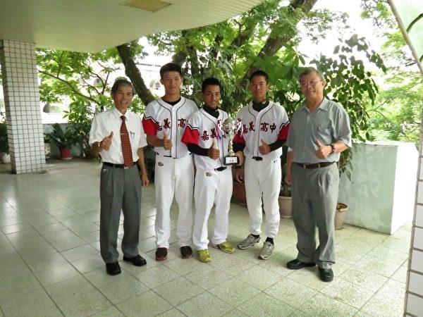 (左起) 校长黄义春、陈建宏同学、队长王瑞民手持奖杯、刘胜宏同学及进修学校主任詹茂勇合照。(摄影:李撷璎/大纪元)