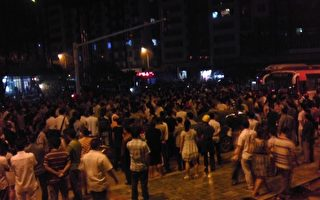 四川巴中發生大規模抗議  萬人憤砸警車