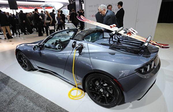 2011年6月底特律北美国际汽车展上展出的Tesla Roadster电动跑车。(AFP PHOTO/Stan HONDA)