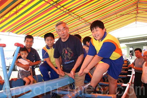 玉田國小學童參與绞船。(攝影:謝月琴/大紀元)
