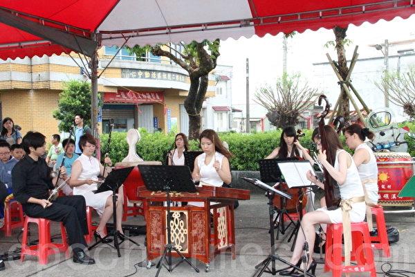 藝境絲竹樂團演奏 二龍競渡 與西風爽氣 兩首曲目。(攝影:謝月琴/大紀元)