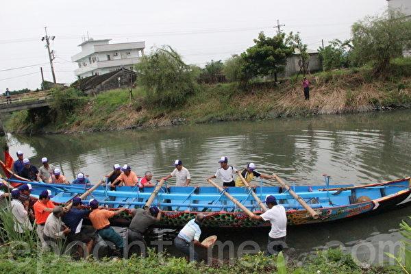 淇武蘭的龍舟下水。(攝影:謝月琴/大紀元)