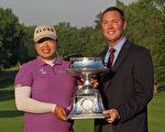 今年22歲的馮珊珊(左)出生於廣州,10歲開始打高爾夫球,17歲前往美國接受教育和職業高爾夫訓練。她今年贏得職業生涯的第一座LPGA冠軍後,也成了第一位贏得這項大賽的中國選手。(Scott Halleran/Getty Images)