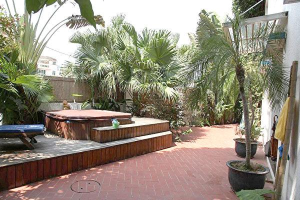 一些村屋的装潢媲美酒店。这家村屋的花园,安设了jacuzzi(按摩浴缸),不用出门也可以享受热带风情。(阳光物业提供)