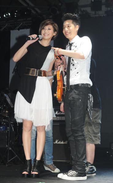 私底下人缘非常好的林逸欣周六受邀出席周汤豪Nick在Legacy的演唱会担任特别嘉宾。(图/喜欢音乐提供)