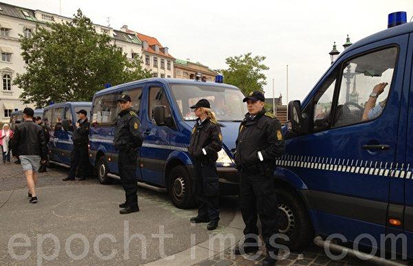 警察調來4輛警車遮擋抗議人群,激起了人們的義憤和抗議。抗議的人群高呼口號(攝影;林達/大紀元)