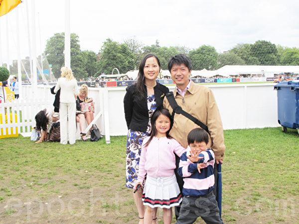 燦爛的廖先生一家享受著英國馬球文化 (攝影:陸罡/大紀元)
