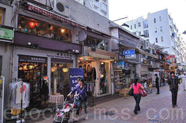西贡市中心有一些特色的小店铺,图中右边的白色排楼就是万宜新村。(摄影:宋祥龙/大纪元)