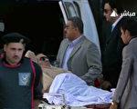 埃及前總統穆巴拉克2日由醫護人員戒護下,出庭應訊。(AFP)